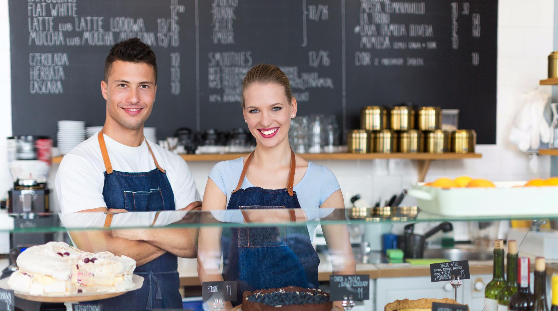 studenti pracující v kavárně v Dánsku